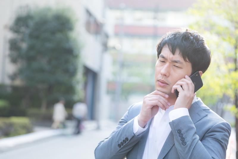 電話中の男性